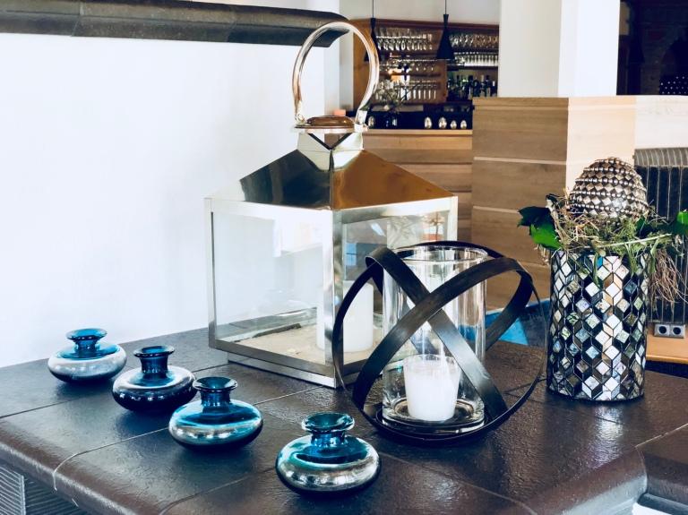 candles vases details juffing lounge